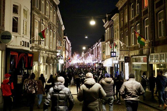 De Angel-Side, de harde kern van fans van voetbalclub MVV, lopen dinsdagavond door de binnenstad van Maastricht.