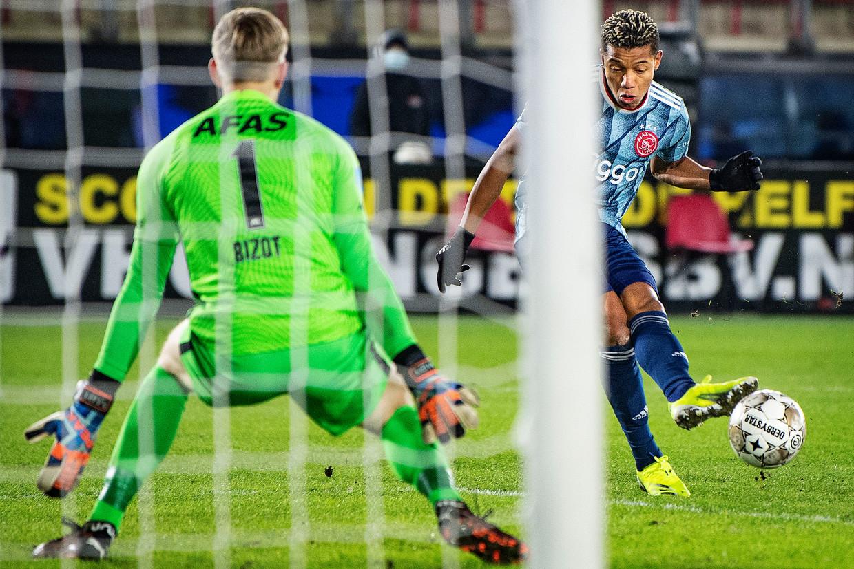 David Neres schiet de 3-0 achter keeper Marco Bizot. Beeld Guus Dubbelman / de Volkskrant
