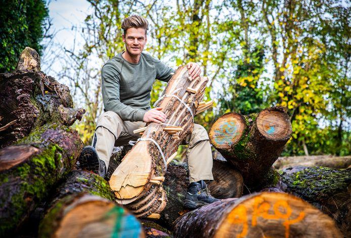 Martijn Trouwborst van Hoeksch Hout. Hij bewerkt dood hout en zorgt ervoor dat er voor elke gekapte boom drie nieuwe worden aangeplant.