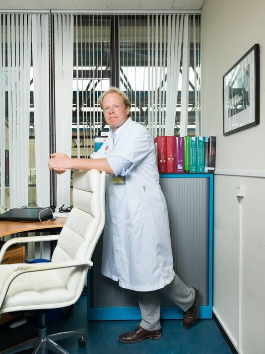 Joost Wiersinga in zijn werkkamer op het Amsterdam Umc