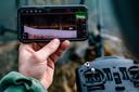 Op karper vissen, met een opstand bedienbaar sonarbootje. Op de smartphone zijn de gezochte dikke karpers als witte vlekken te zien boven de eveneens witte bodem.