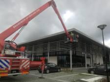 Brandweer opgetrommeld voor loshangende panelen bij De Pluk in Geldermalsen