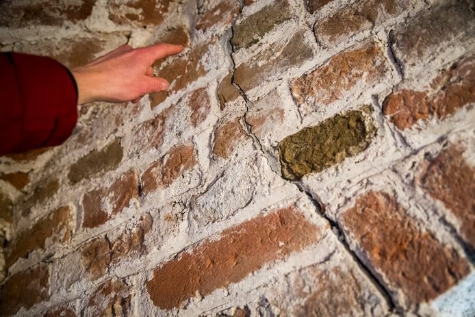 Veel panden in Groningen vertonen scheuren na aardbevingen die zijn veroorzaakt door gasboringen.