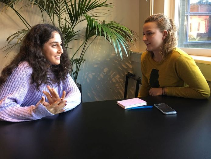 Ayşe GüL Güner (links) wordt voor het boek geïnterviewd door Lotte Rinzema.