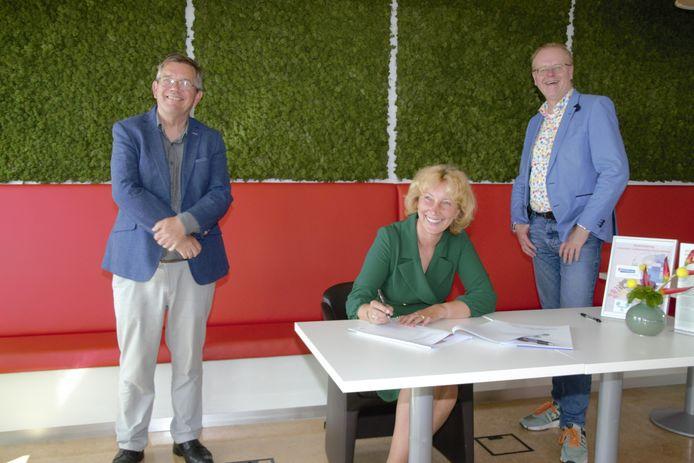 Directeur Marion Wolters van De Woonplaats ondertekende deze week het convenant in het bijzijn van wethouder Rob Christenhusz van Oldenzaal (ambassadeur SROI Twente) en wethouder Joop Wikkerink van Aalten (ambassadeur SROI Achterhoek).