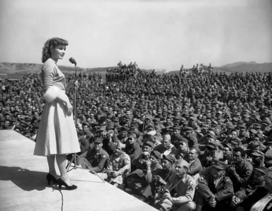 Debbie Reynolds bezoekt Amerikaanse troepen in Soeul, Zuid-Korea, in 1955.