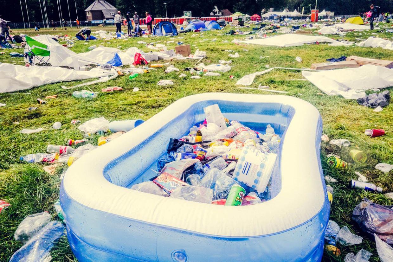 Een camping na een festival. Afval – of gewoon nog bruikbare spullen – achterlaten, daar schamen velen zich niet voor.   Beeld Foto RV