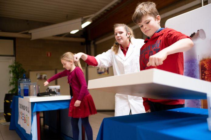 Leerlingen van basisschool Kessel-Statie krijgen les over techniek van Technopolis in het Githo Nijlen.