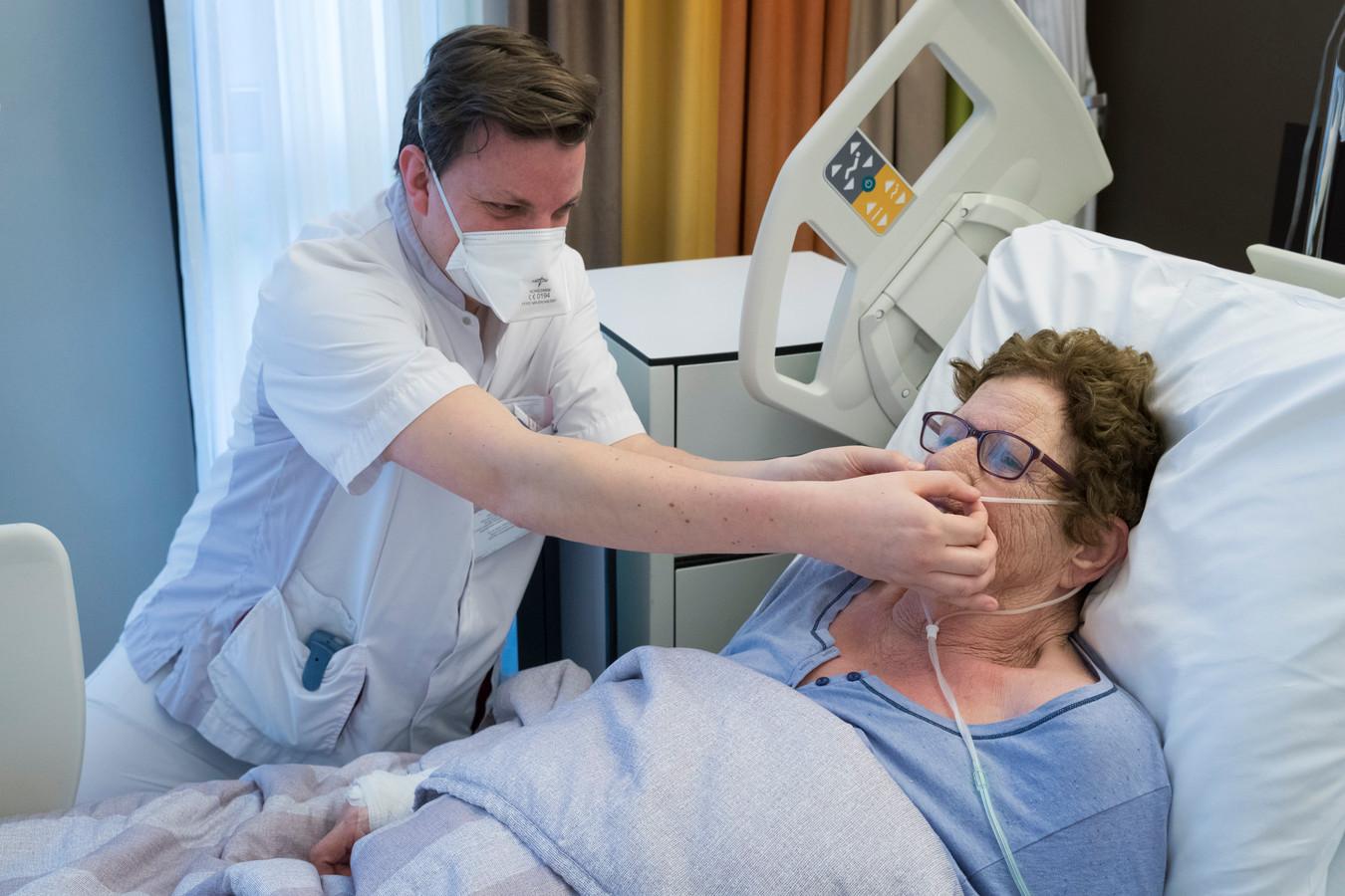 Een patiënte met griep wordt behandeld in het Jeroen Bosch Ziekenhuis in Den Bosch.