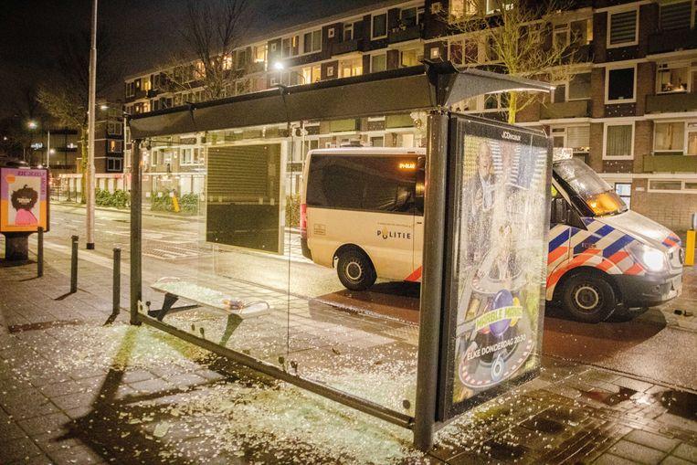 De ruiten zijn uit een bushokje geslagen tijdens ongeregeldheden in Haarlem.  Beeld ANP