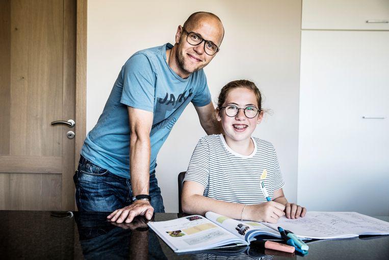 Trien en haar papa Sven. 'Ik vind huiswerk soms echte tijdverspilling.' Beeld Aurélie Geurts