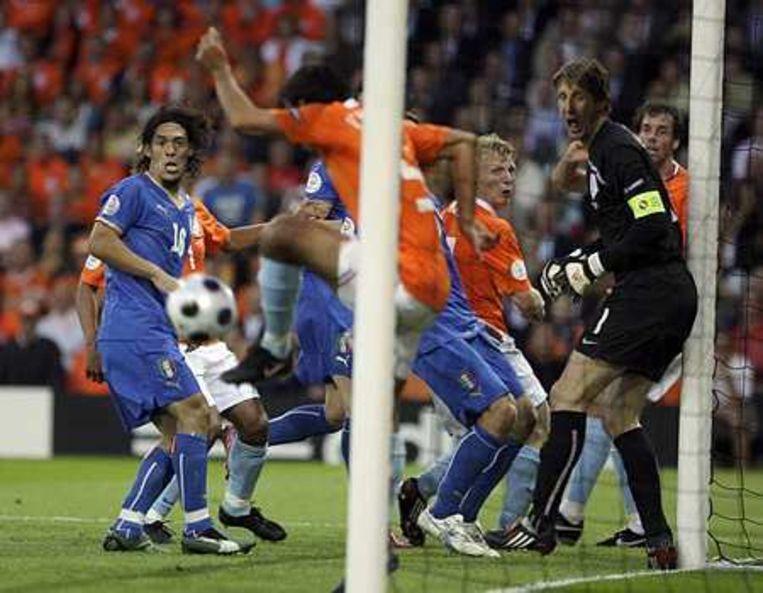 Giovanni van Bronckhorst voorkomt een doelpunt. Beeld