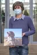 Vriendin Hanne met een foto van Pippa, het hondje van Christine Lenaerts.