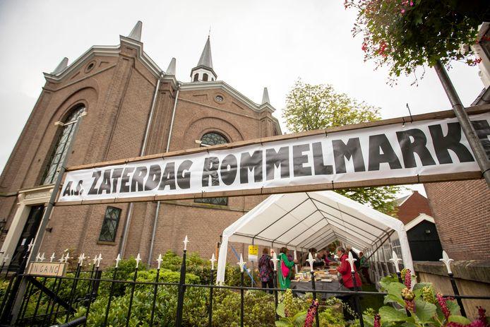 Na een jaar afwezigheid vanwege corona was de rommelmarkt in de kerktuin weer terug en trok nog voor de opening al de eerste koopjesjagers.