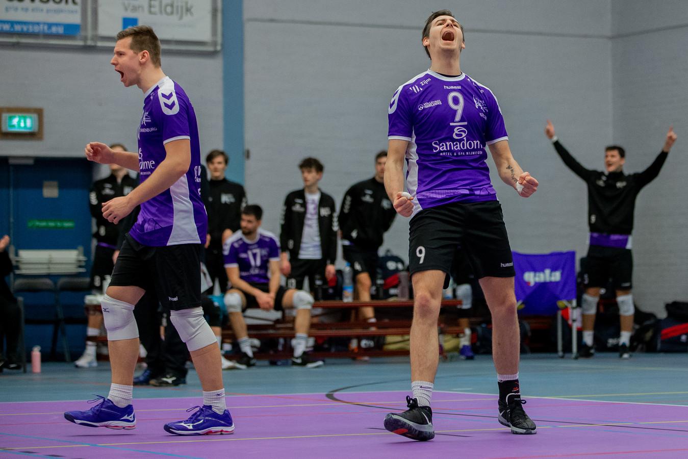 Duco Krook in extase na een punt tegen ZVH. Links van hem: ploeggenoot Joris Zwanenburg.