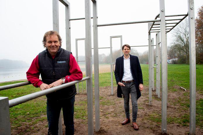 Ondernemer Titus Mulder (l.) en Leisurelands-directeur op het nieuwe sportstrand op Bussloo.