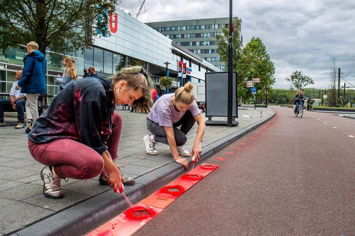 Met het aanbrengen van tienduizend rode vierkantjes vroegen Utrechtse studenten vorig jaar bij het begin van het academisch jaar aandacht voor de werkdruk onder docenten.