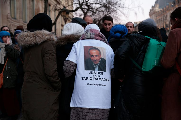 Fans van Ramadan roepen op tot zijn vrijlating aan de rechtbank in Parijs, in februari.  Beeld AFP