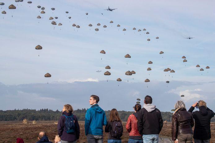 De dropping tijdens de Airborne Herdenking op de Ginkelse Heide in 2018.