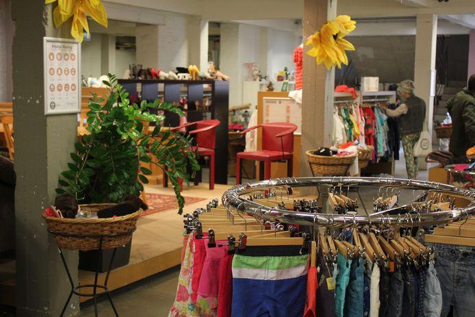 alle Kringwinkels in Antwerpen geven een korting van 50% op alle basiskleding.