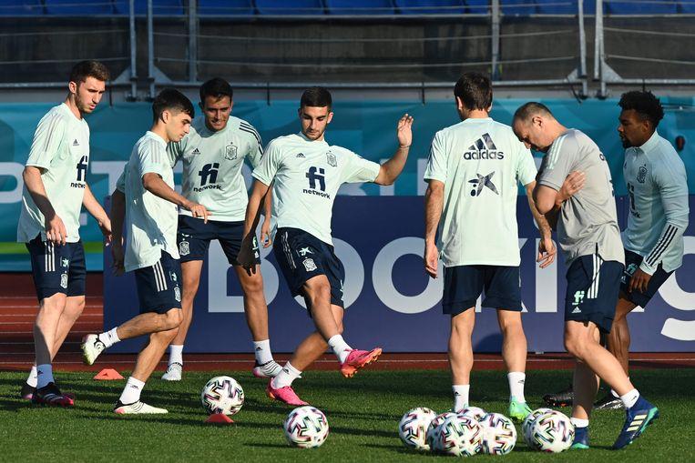 Ferran Torres (centraal) en zijn Spaanse ploegmaats trainen in Las Rozas, Madrid. Beeld AFP