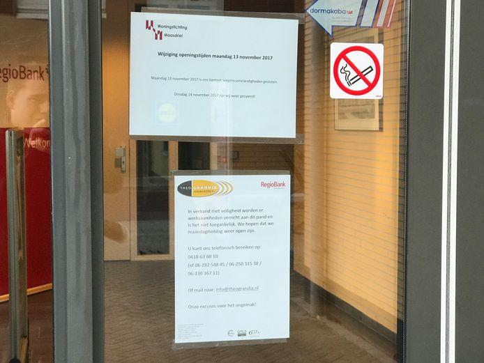 Uitleg van de Woningstichting en de Regiobank op de deur van het pand.