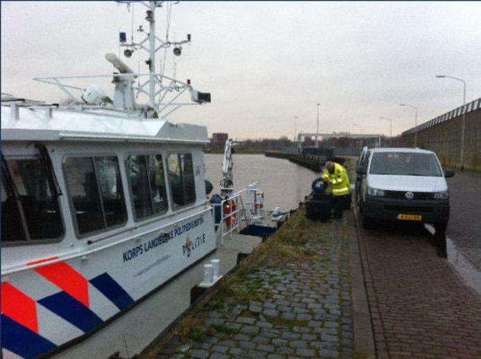 De politie aan de Mark. foto Palko Peeters