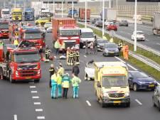 Tien gewonden bij kettingbotsing op A15, twee personen bevrijd uit beknelling in auto