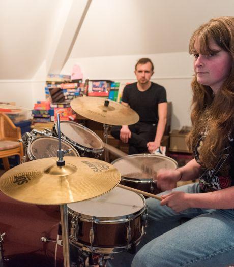 Muziekles mag niet in lokaal, maar wél thuis: 'Boem, paf, kaboem-boem paf'
