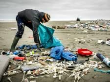 Een jaar na de containerramp ligt er nog 800.000 kilo afval in zee
