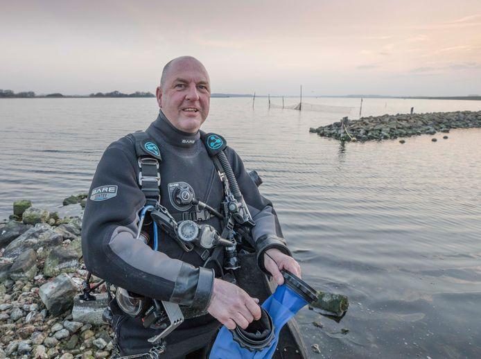 Roel van der Mast gaat het Veerse Meer in voor een duik.