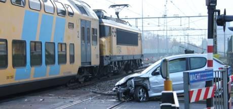 Ravage op spoor na ongeluk met auto in Almelo: treinverkeer hervat