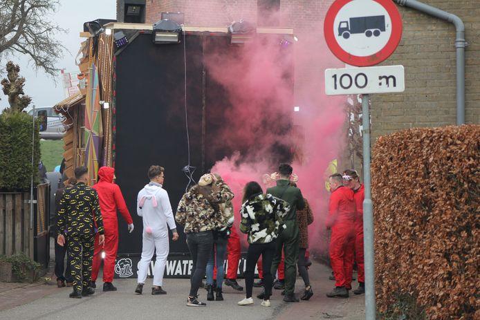 De wagen van carnavalsvereniging Save Water, Drink Bier in Megen in 2020. Dit soort 'herriekarren' wordt voortaan geweerd in Megen.