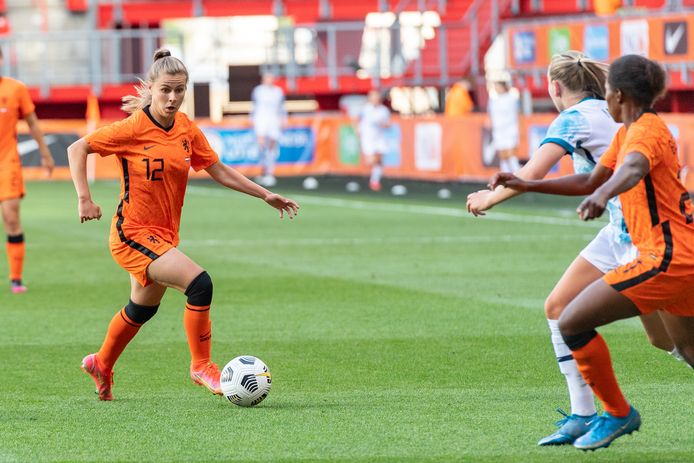 Victoria Pelova aan de bal voor Oranje. Rechts maakt Lineth Beerensteyn ruimte.  during the match Nederland - Noorwegen (vr.)