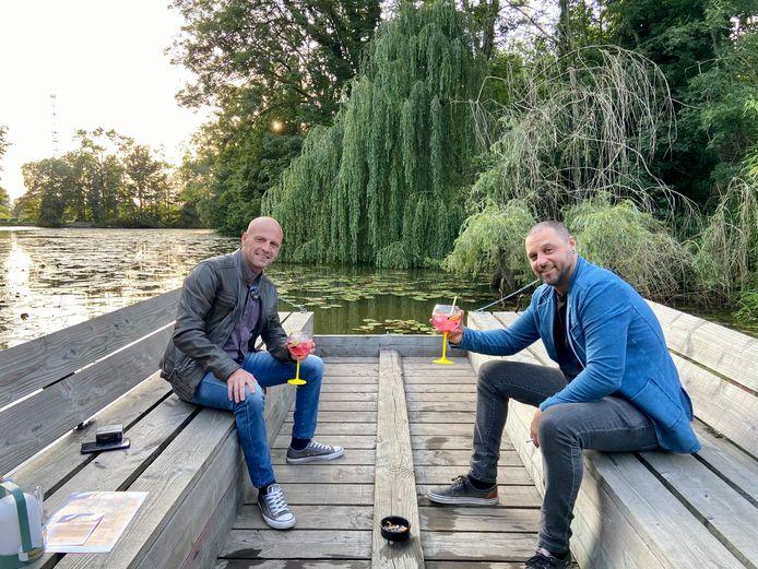 Kris en Ryan met een gin-tonic op één van de drie dobberende vloten