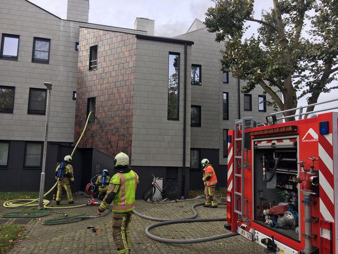 De brandweer aan de slag tijdens de bluswerken op het Wallaysplein in Wevelgem.