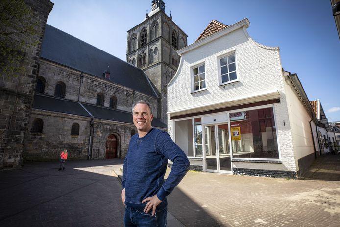 Herman Kemna voor het pand aan het St. Plechelmusplein waarvan hij sinds kort eigenaar is.