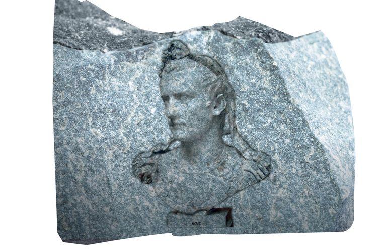 In het oude Rome lieten keizers beelden van zichzelf oprichten, die prompt weer werden verwoest nadat ze waren afgezet. Dat gebeurde ook met Caligula. Beeld