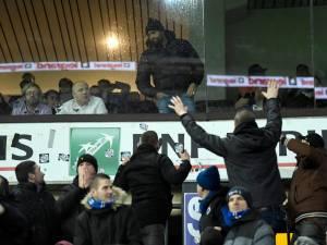 Des supporters de Bruges invectivent Vanden Borre, les stewards obligés de l'évacuer
