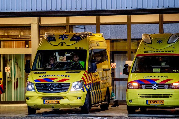 Ambulances verlaten vrijdagochtend het terrein van het MC Slotervaart. Beeld ANP