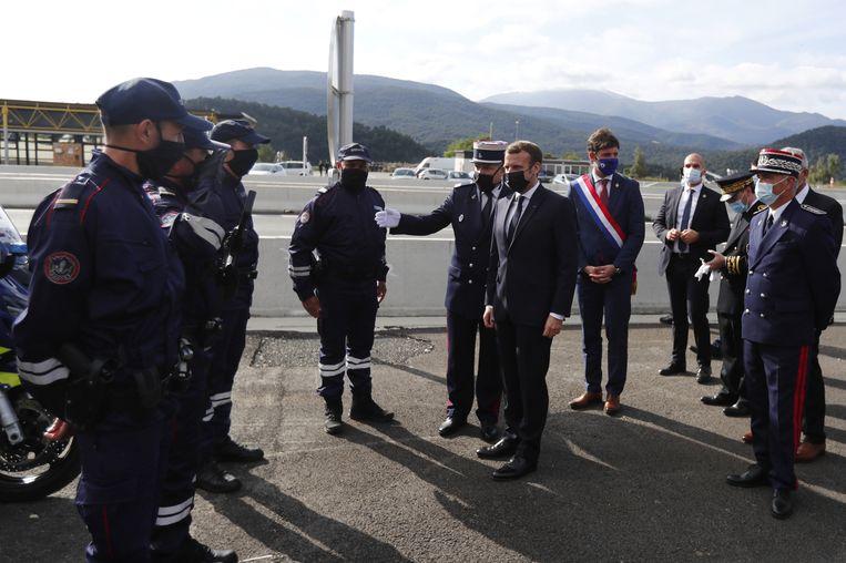 President Macron in gesprek met de grensbewaking tussen Spanje en Frankrijk.  Beeld Reuters