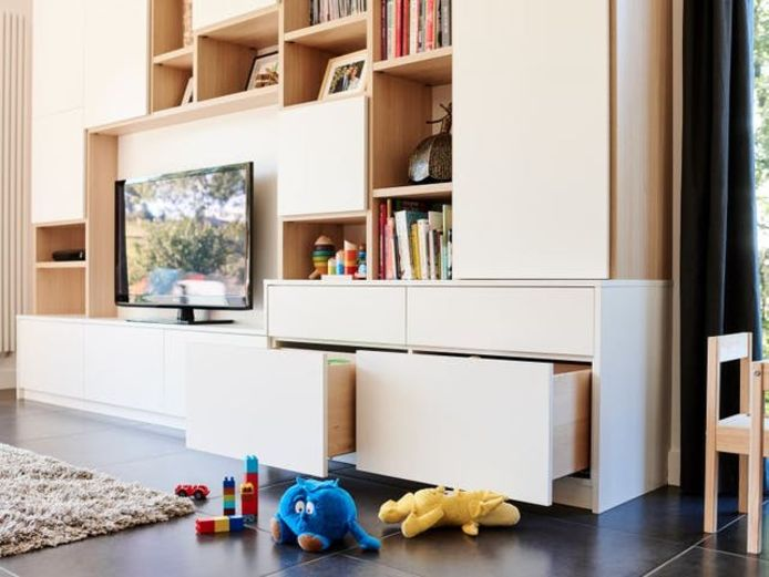 Si vous avez des enfants, veillez à prévoir de grands tiroirs pour ranger les jouets. Installez-les à la hauteur des enfants.
