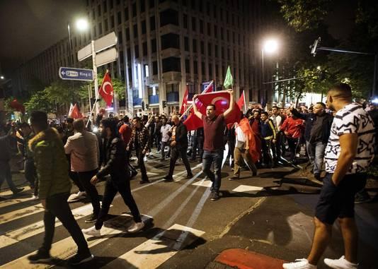 Nederlandse Turken verzamelden zich vrijdagnacht bij het Turkse consulaat in Rotterdam en uitten hun steun voor Erdogan.