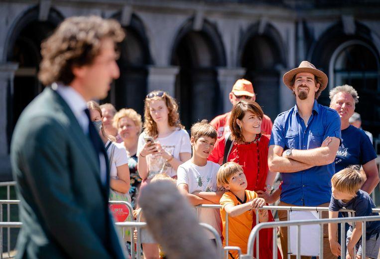 Scholieren en dagjesmensen kijken naar Jesse Klaver (GroenLinks), na afloop van een gesprek met CDA-leider Wopke Hoekstra en informateur Mariëtte Hamer.  Beeld ANP