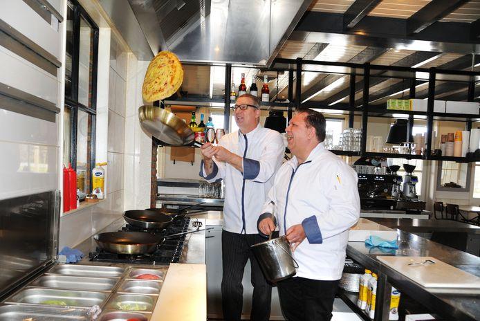 John van Aken en Walter Brinckman (r) bereiden de eerste bestelling van Pannenkoekenhuys De Molen in Scharendijke.