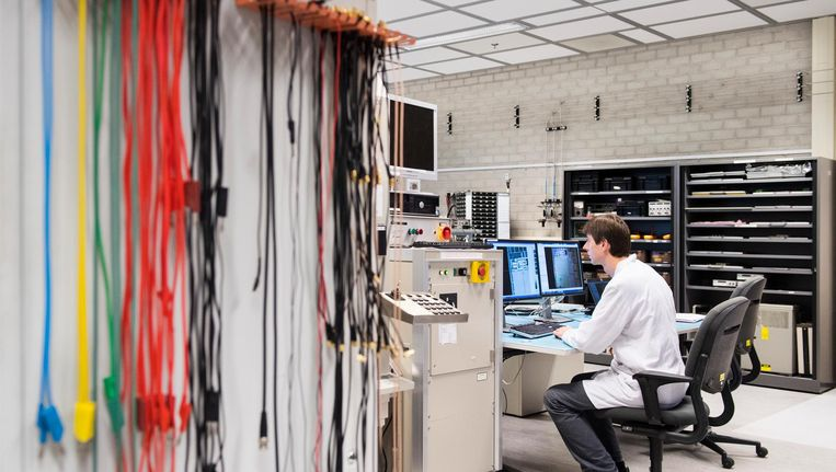Werknemer bij chipproducent NXP. Beeld anp