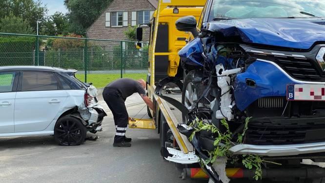 Jonge bestuurder veroorzaakt ravage tijdens ritje met nieuwe wagen van vader: drie wagens total loss