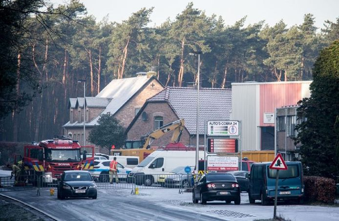 In deze loods in het Belgische Erkel werden drie doden aangetroffen. Het ging om een drugslab.