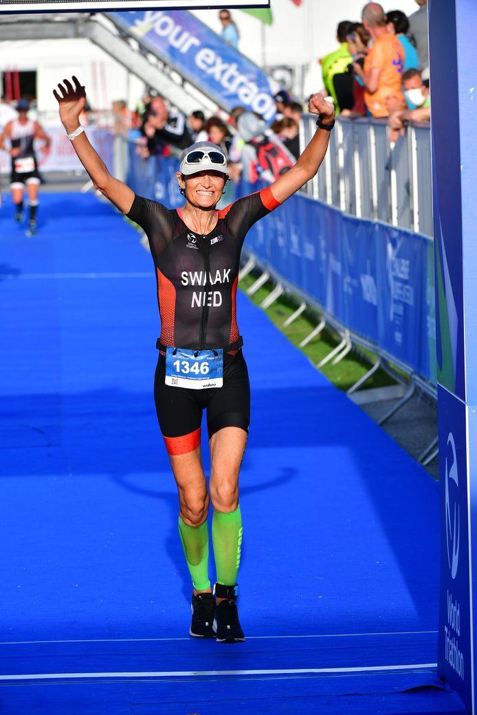 Janine Swaak finisht als tweede bij het WK triatlon in Almere.