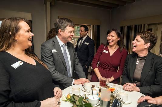 ING-commissaris Balkenende op bezoek bij Bredase bijstandsvrouwen, precies op de dag dat het nieuwe salaris van topbankier Hamers bekend werd.